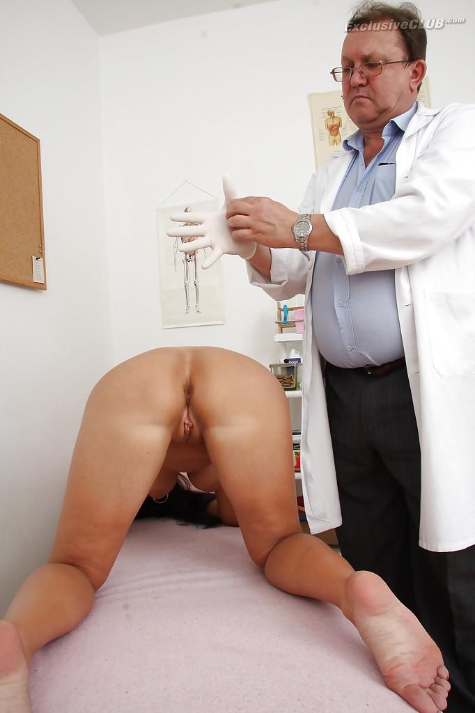 Взрослый гинеколог играет с вагиной брюнетки вакуумным насосом 5 фото