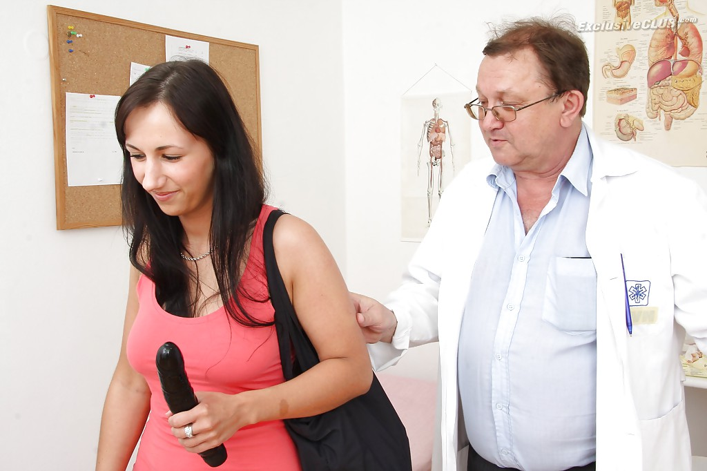 Взрослый гинеколог играет с вагиной брюнетки вакуумным насосом 16 фото