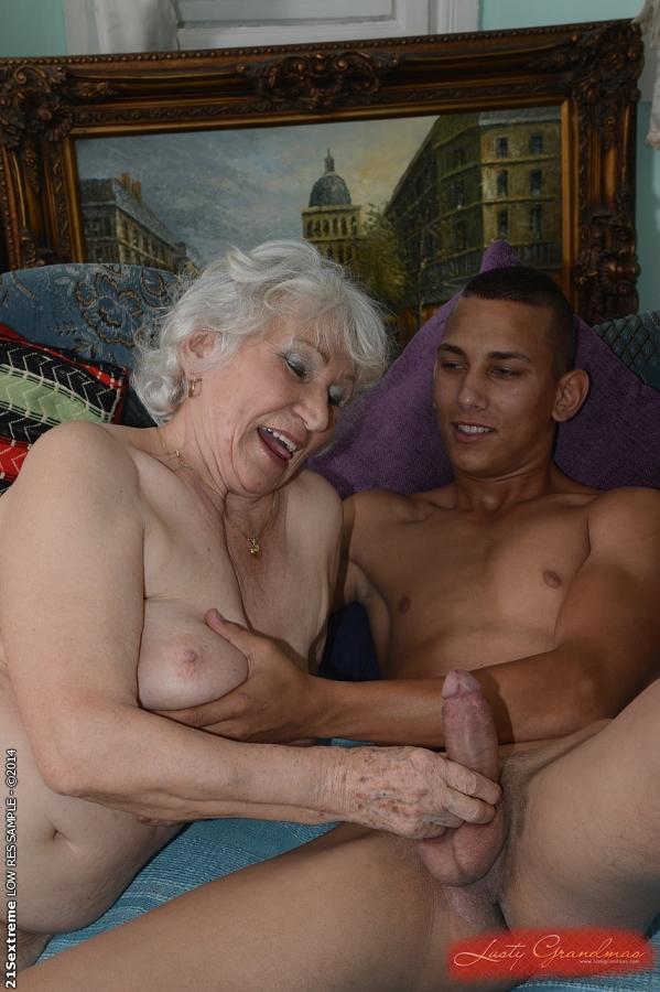 Загорелый парень дает в рот и шпилит старушку на кровати 1 фото