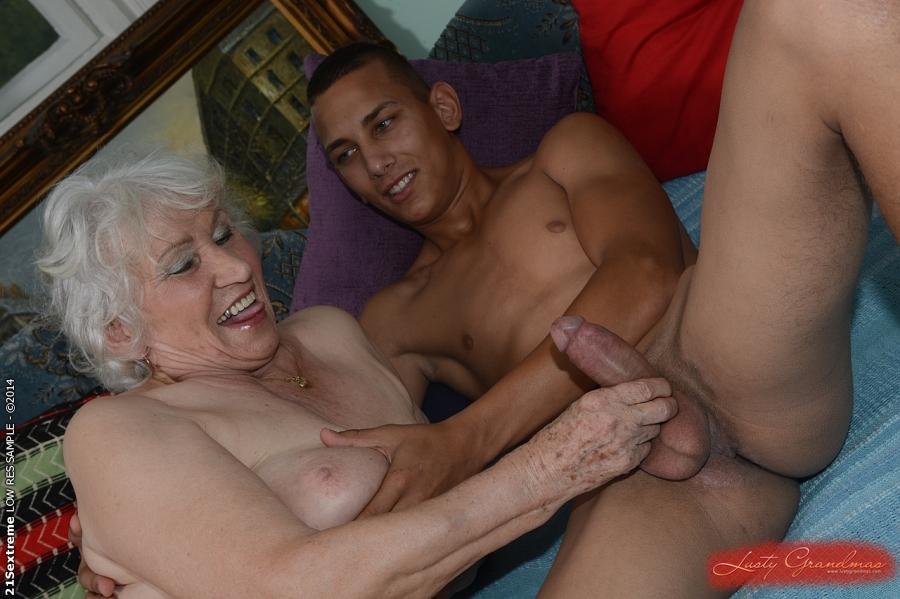 Загорелый парень дает в рот и шпилит старушку на кровати 2 фото