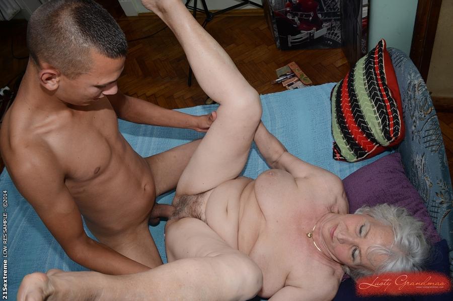 Загорелый парень дает в рот и шпилит старушку на кровати 3 фото