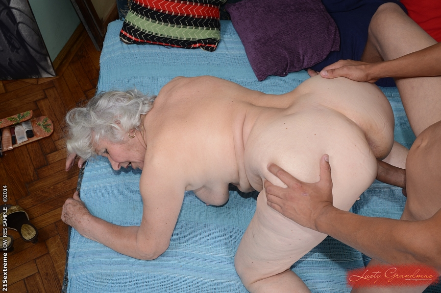 Загорелый парень дает в рот и шпилит старушку на кровати 9 фото