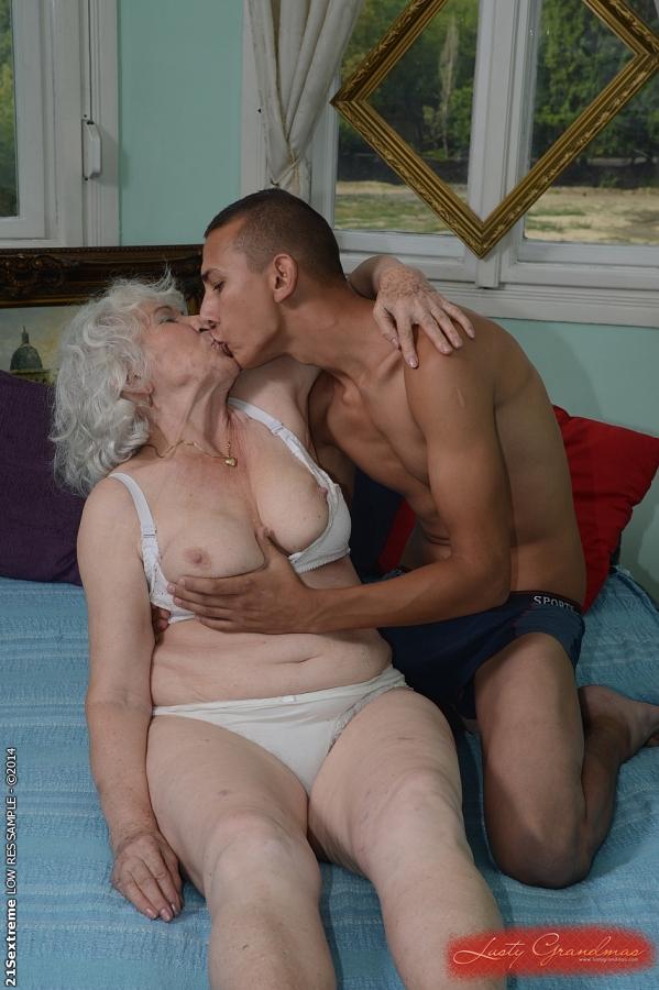 Загорелый парень дает в рот и шпилит старушку на кровати 15 фото