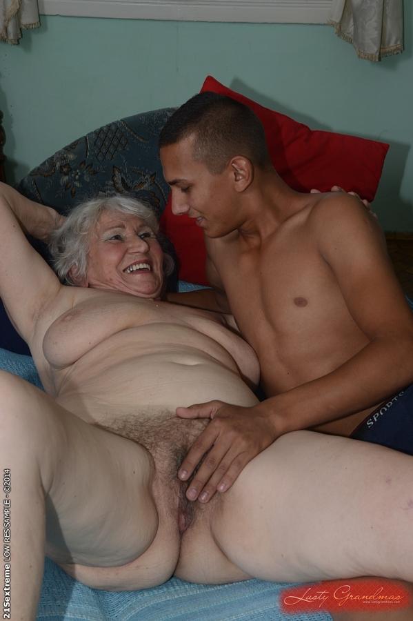 Загорелый парень дает в рот и шпилит старушку на кровати 16 фото