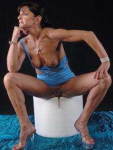 Зрелая дама светит прелестями и вагинальным шариком перед камерой