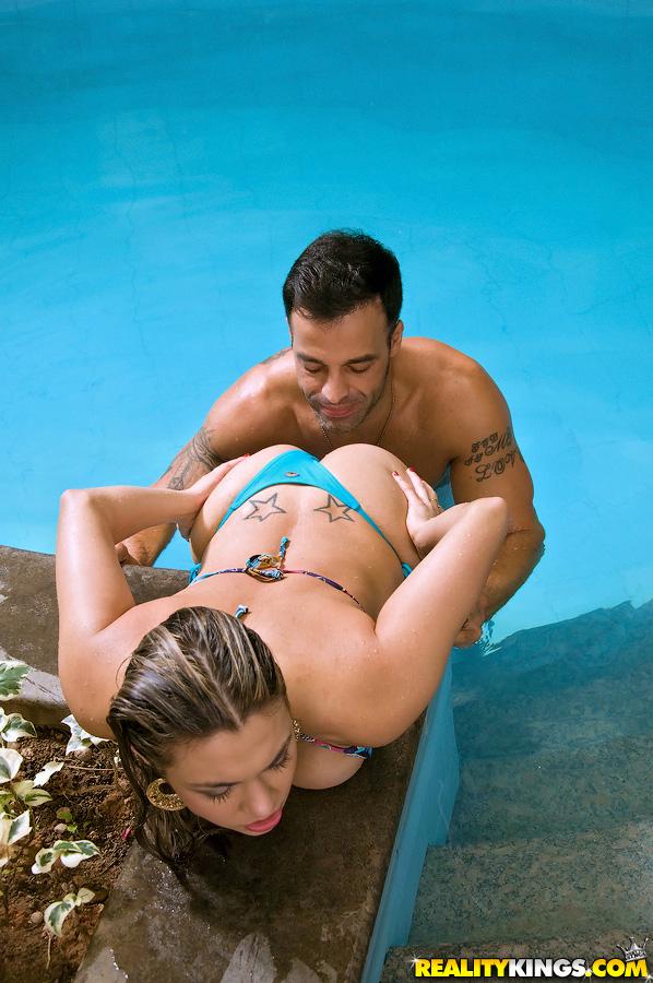 Мужик трахает в анал красотку на лежанке в крытом бассейне 3 фото