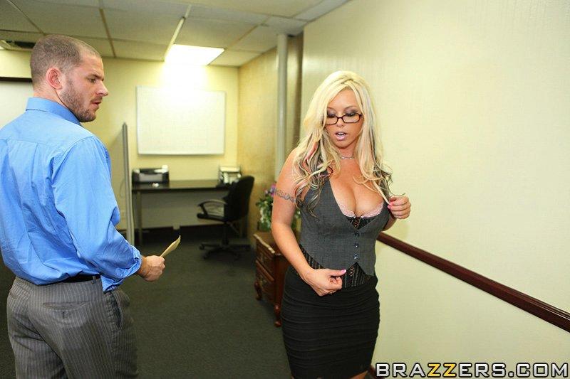 Грудастая Brittney Skye трахается на массивном столе в офисе 3 фото