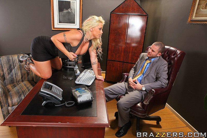 Грудастая Brittney Skye трахается на массивном столе в офисе 4 фото