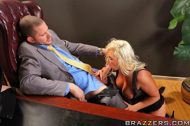 Грудастая Brittney Skye трахается на массивном столе в офисе 6 фото