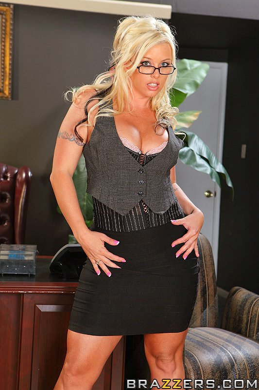 Грудастая Brittney Skye трахается на массивном столе в офисе 9 фото