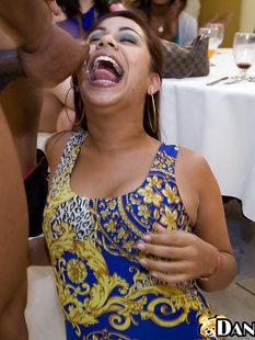 Стриптизеры насовали в рот латинкам и кончают им на лица