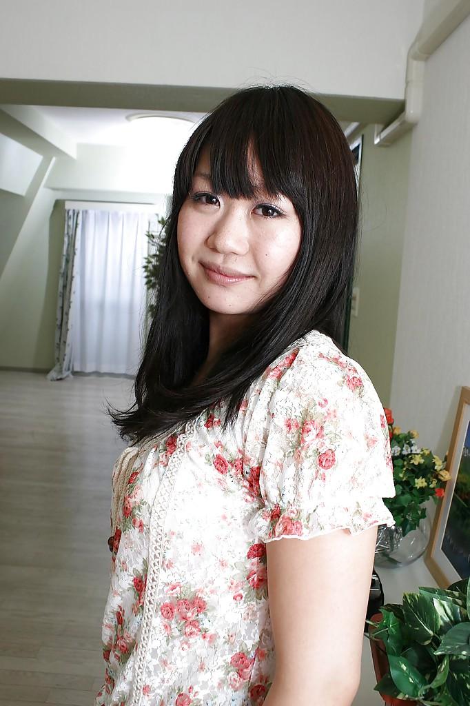 18-летняя азиатка светит прелестями на белом ковре 1 фото