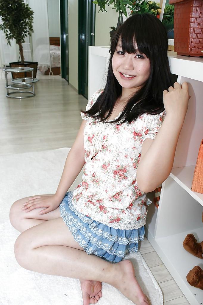 18-летняя азиатка светит прелестями на белом ковре 2 фото