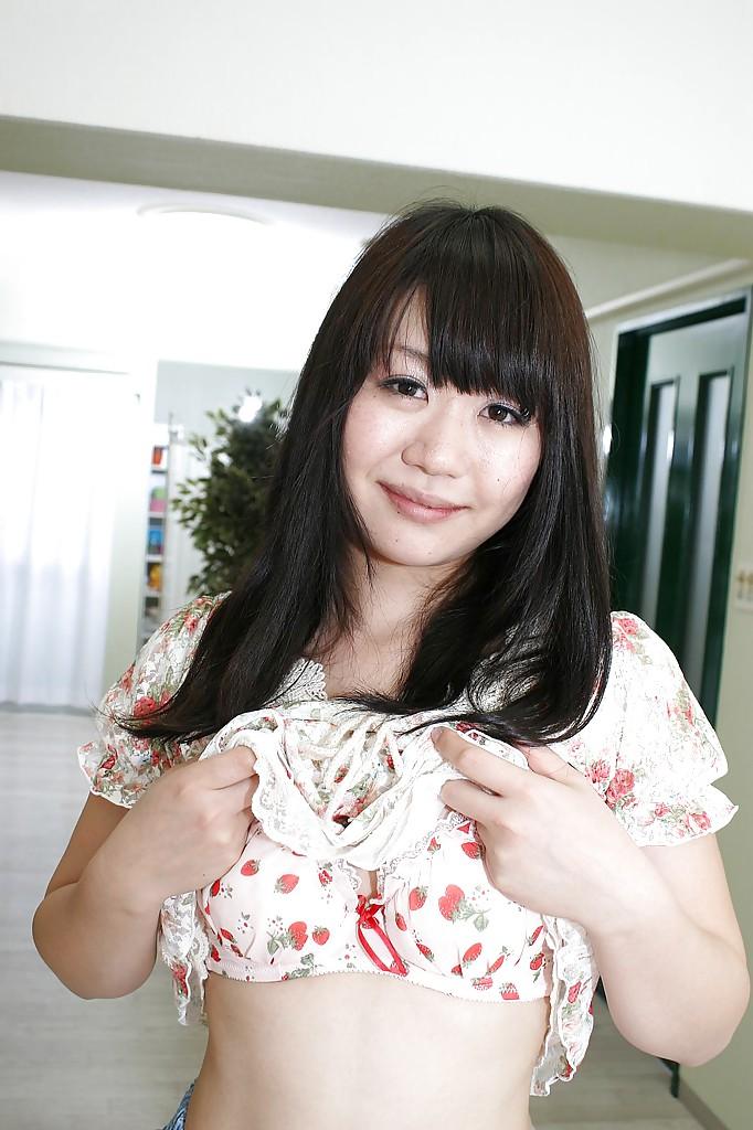 18-летняя азиатка светит прелестями на белом ковре 6 фото