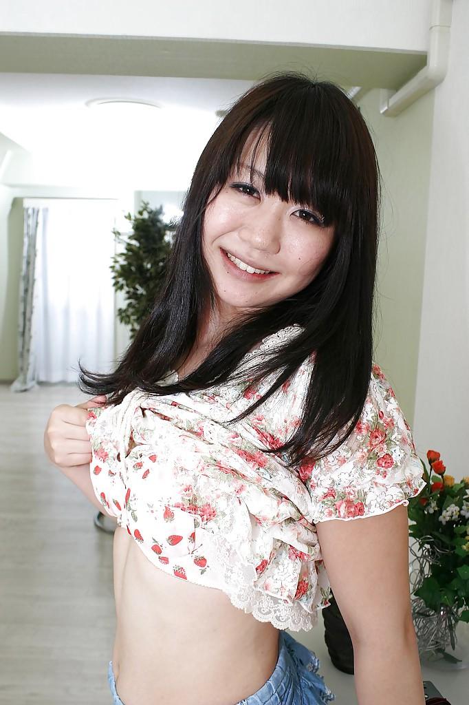 18-летняя азиатка светит прелестями на белом ковре 7 фото