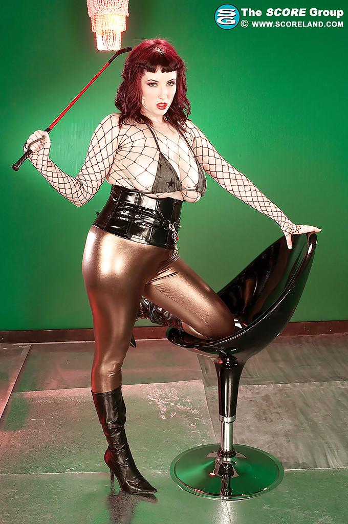 Рыжая Jenna Valentine раздевается на пластиковом стуле из бара 1 фото