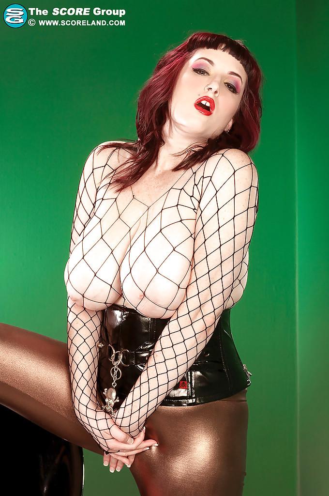Рыжая Jenna Valentine раздевается на пластиковом стуле из бара 12 фото