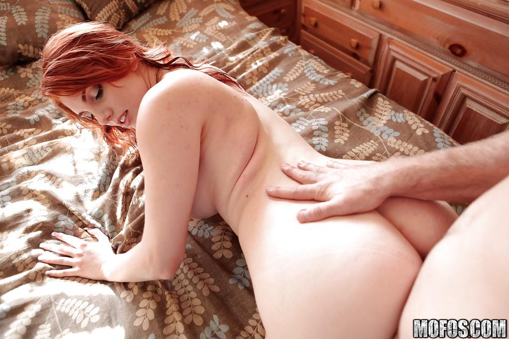 Рыжеволосую даму с титьками шпилит на кровати мужик с большим болтом 8 фото