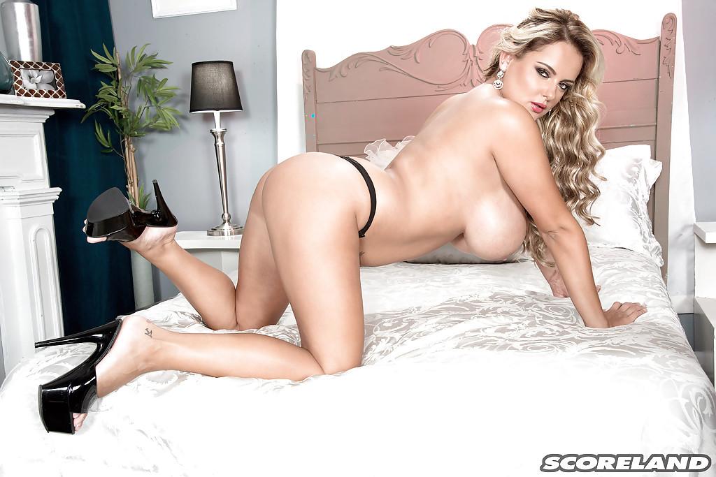 Грудастая блондинка Katie Thornton красуется голышом на кровати 8 фото