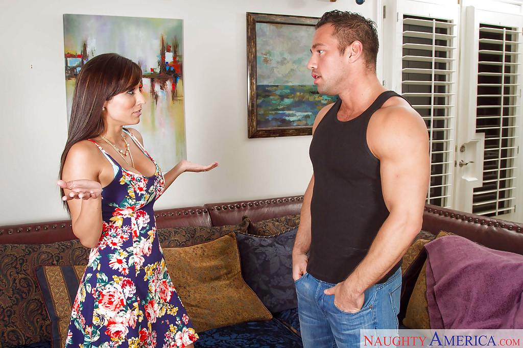Reena Sky Трахается с накачанным партнером на мягком диване 1 фото
