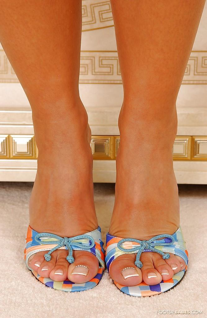 Блондинка Sendy Silver в синей ночнушке выставляет длинные ноги 1 фото