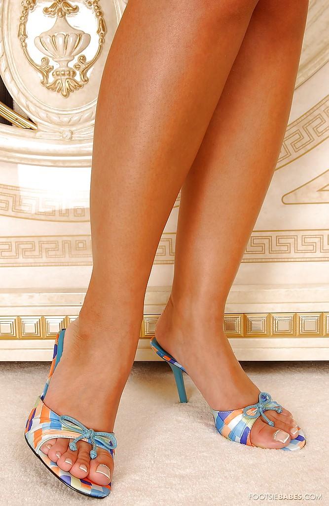 Блондинка Sendy Silver в синей ночнушке выставляет длинные ноги 2 фото