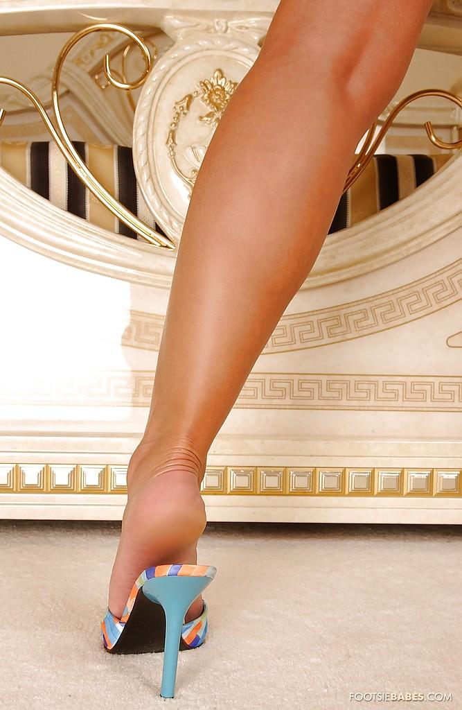 Блондинка Sendy Silver в синей ночнушке выставляет длинные ноги 6 фото