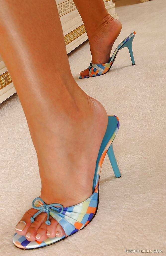 Блондинка Sendy Silver в синей ночнушке выставляет длинные ноги 8 фото