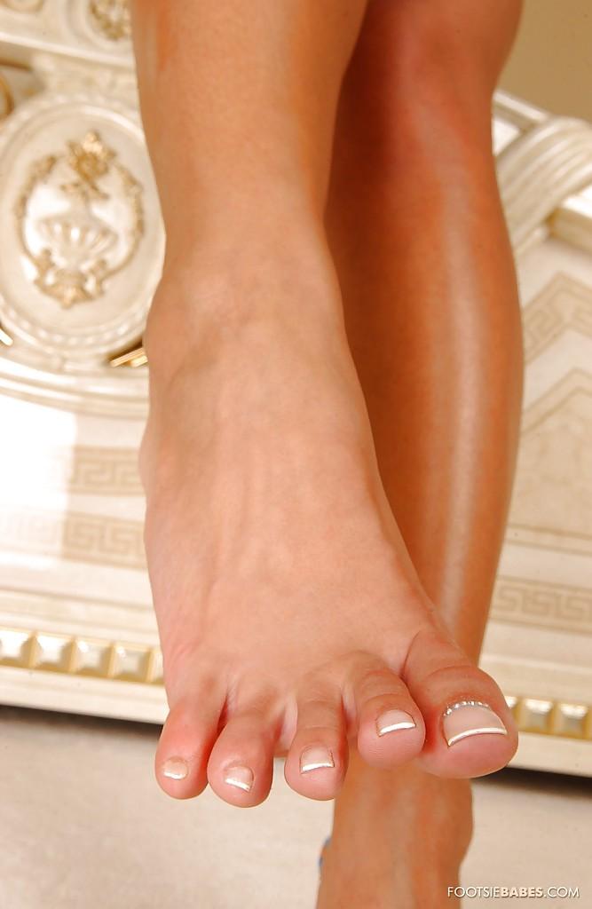 Блондинка Sendy Silver в синей ночнушке выставляет длинные ноги 13 фото