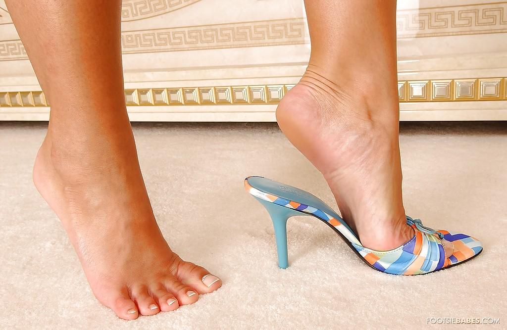 Блондинка Sendy Silver в синей ночнушке выставляет длинные ноги 15 фото