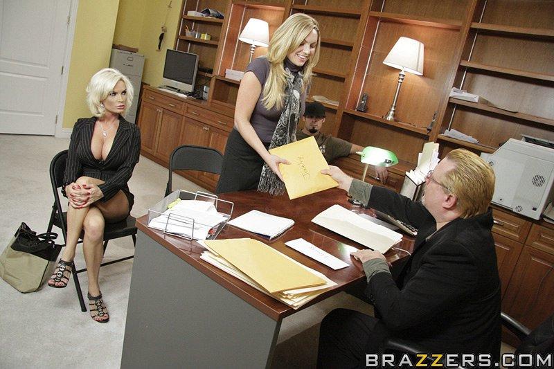 Diamond Foxxx сосет и трахается с качком в офисе 6 фото