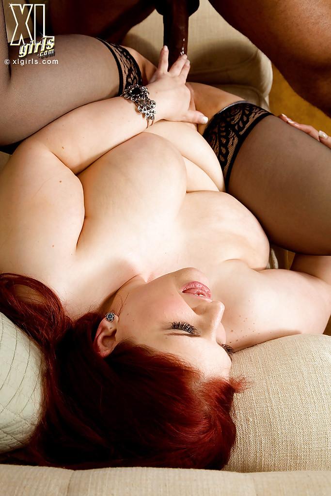 Рыжая Sonja Haze трахается с негром на бежевом диване 14 фото