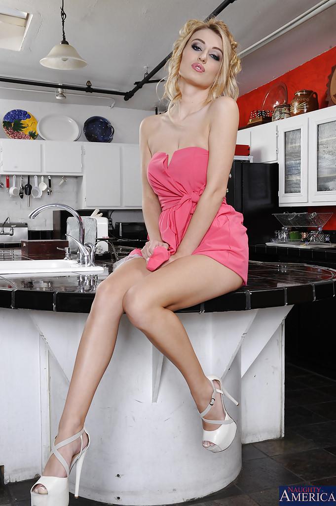 Полячка Natalia Starr раздевается на кухонном стуле 3 фото