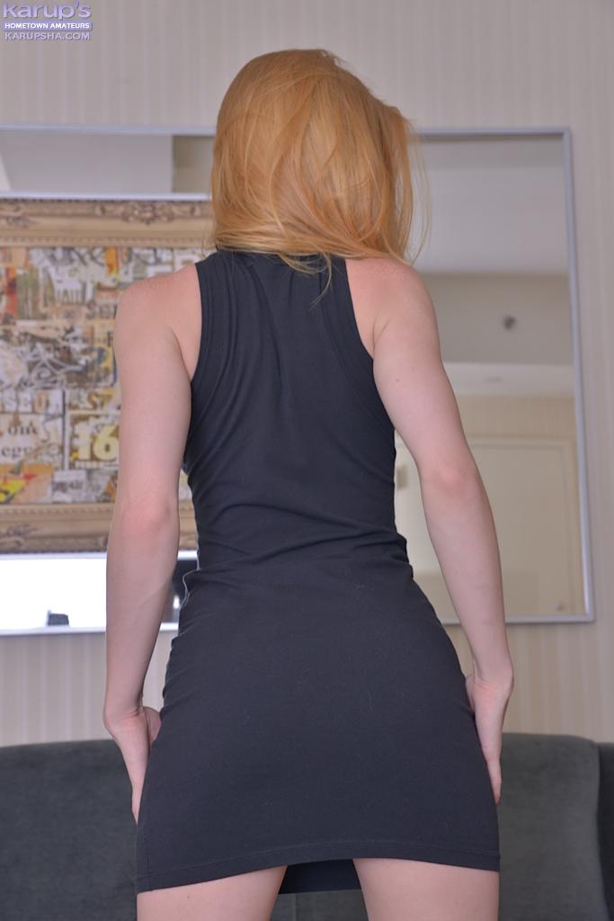 Русая Alexia Sirens раздевается у вельветового дивана 1 фото