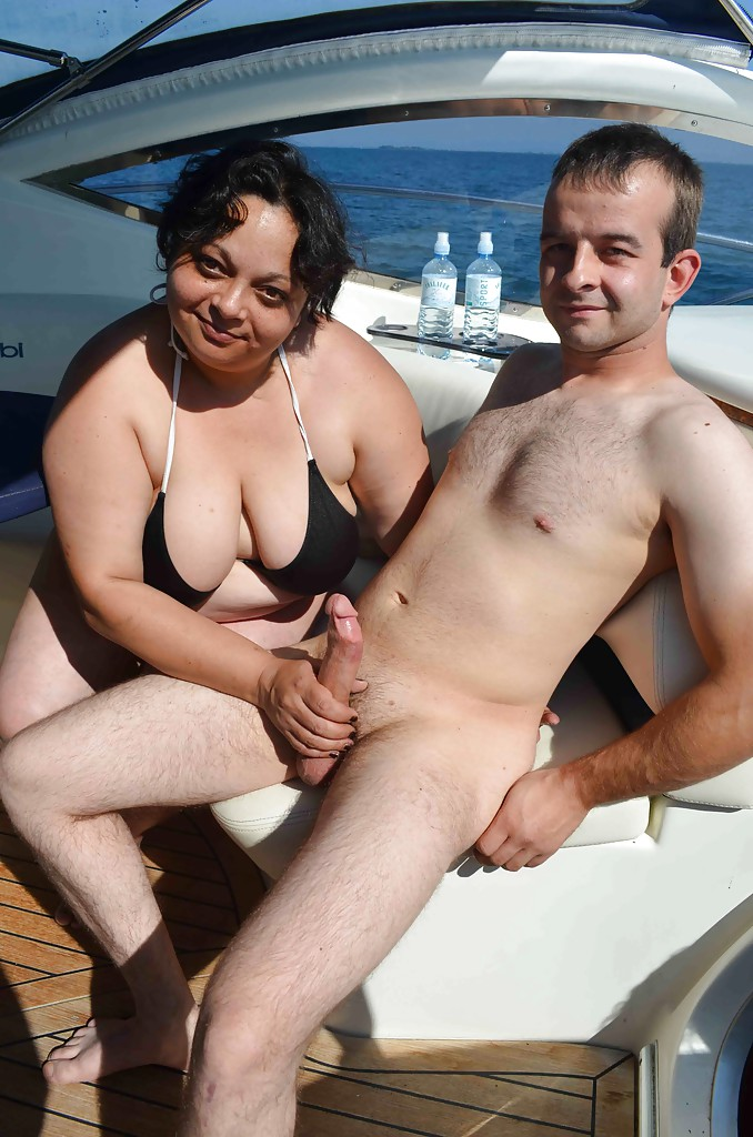 Две зрелые дамочки трахаются с мужиками на катере 2 фото