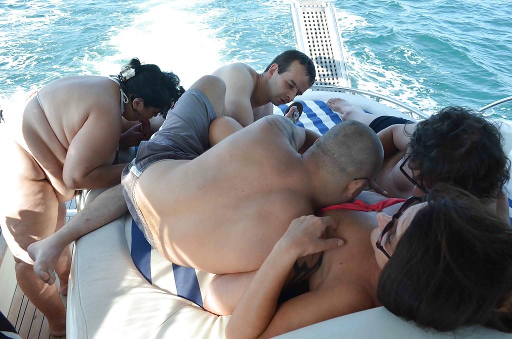 Две зрелые дамочки трахаются с мужиками на катере 3 фото