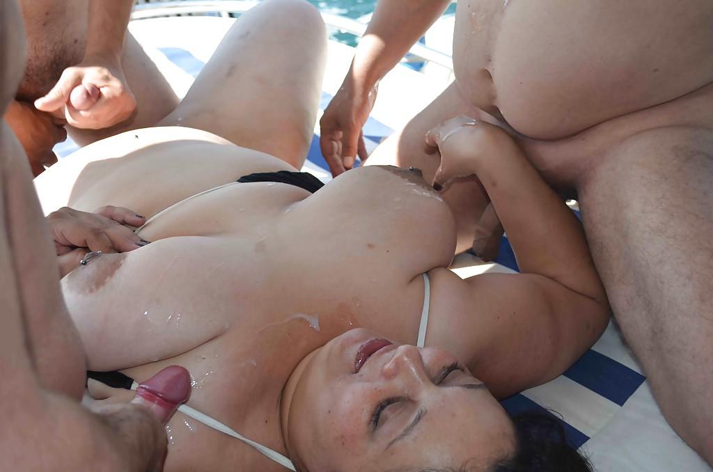 Две зрелые дамочки трахаются с мужиками на катере 6 фото