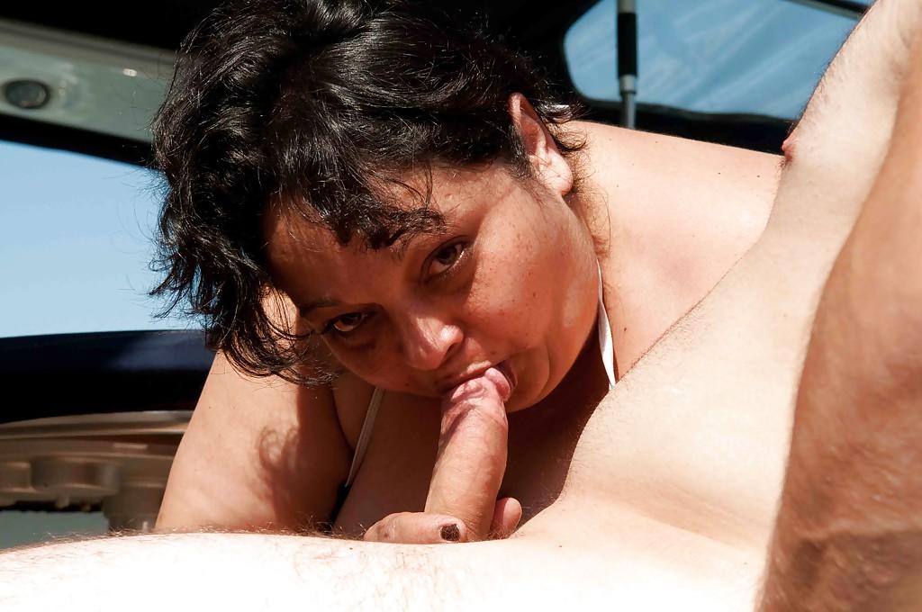 Две зрелые дамочки трахаются с мужиками на катере 8 фото