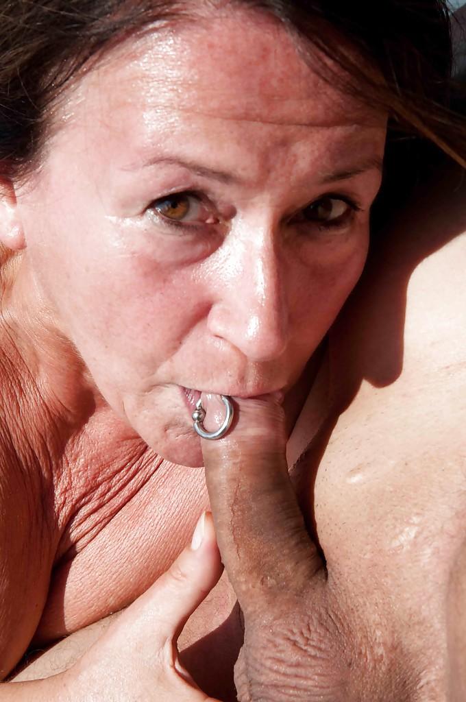 Две зрелые дамочки трахаются с мужиками на катере 12 фото