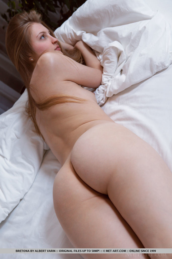 Худая деваха раздевается на белой кровати 16 фото