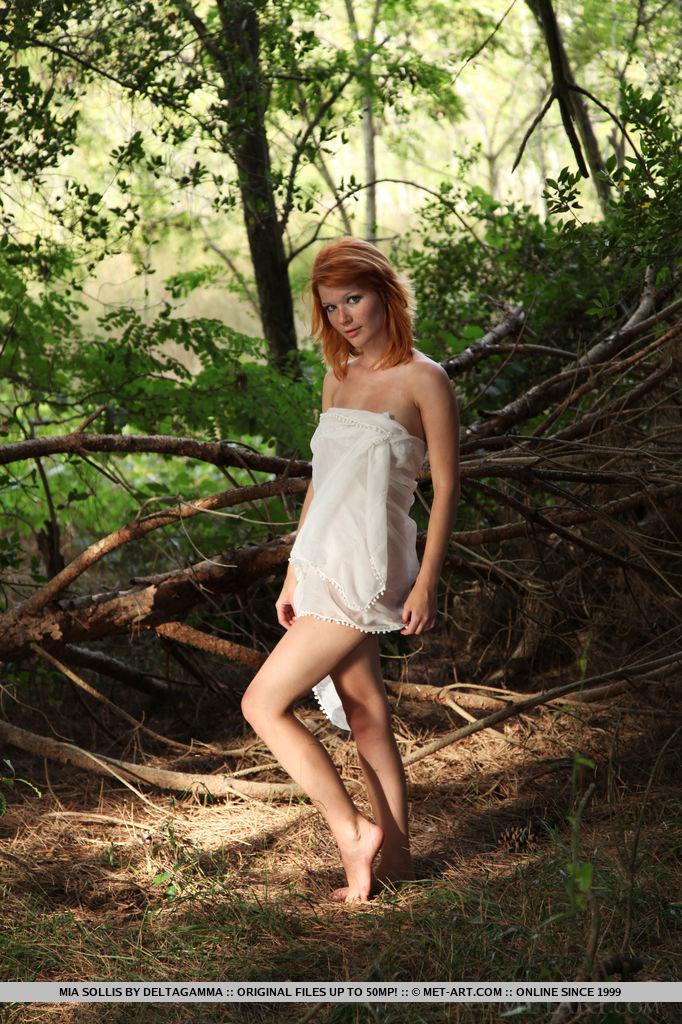 Рыжая малышка Mia Sollis позирует на камеру парня в лесу 1 фото