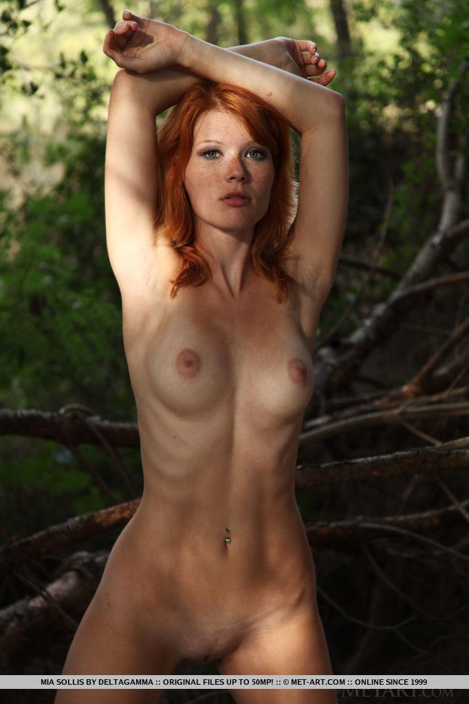 Рыжая малышка Mia Sollis позирует на камеру парня в лесу 10 фото