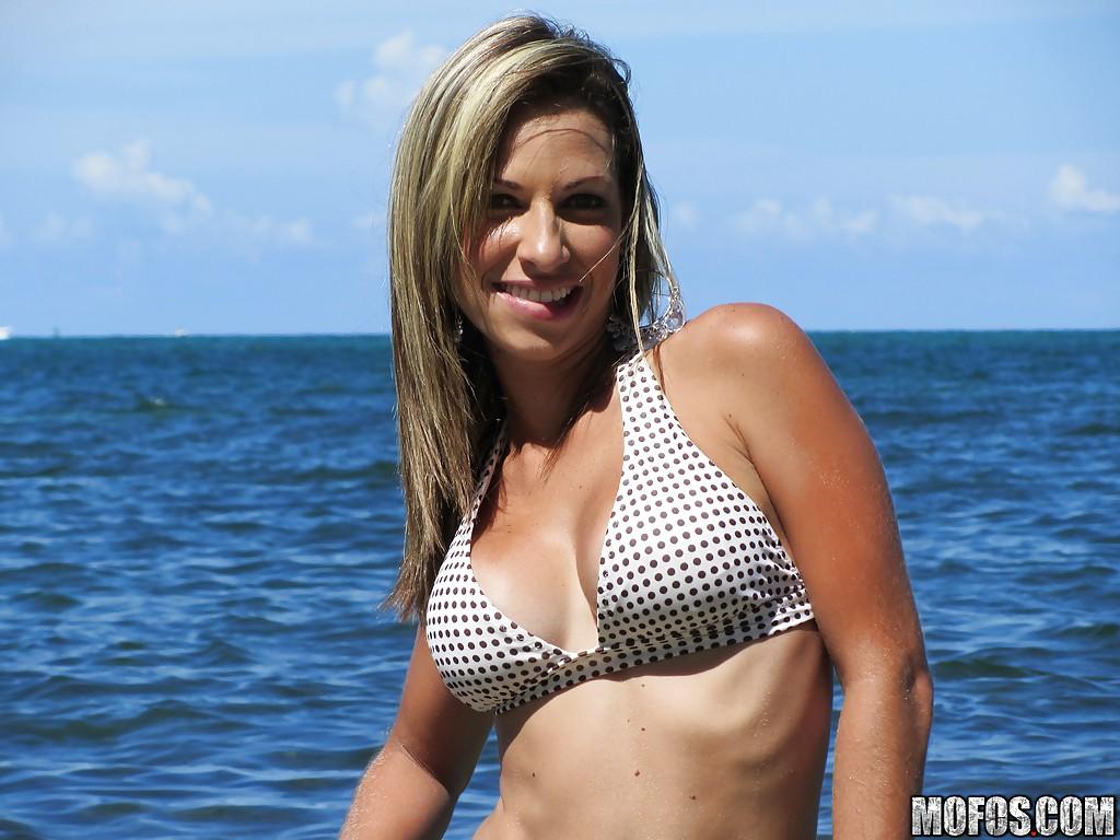 Латинская блондинка в купальнике веселится на пляже 7 фото
