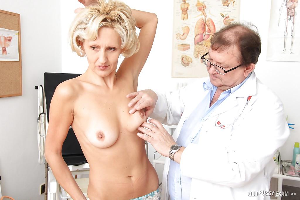 Взрослый гинеколог осматривает вагину зрелой блондинки в чулках 2 фото