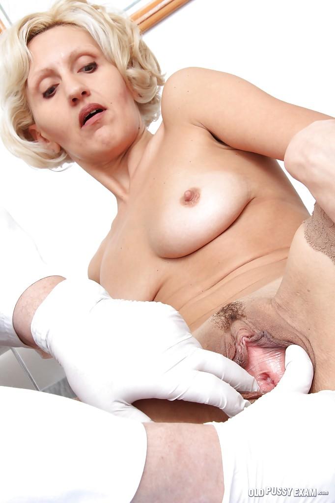 Взрослый гинеколог осматривает вагину зрелой блондинки в чулках 4 фото