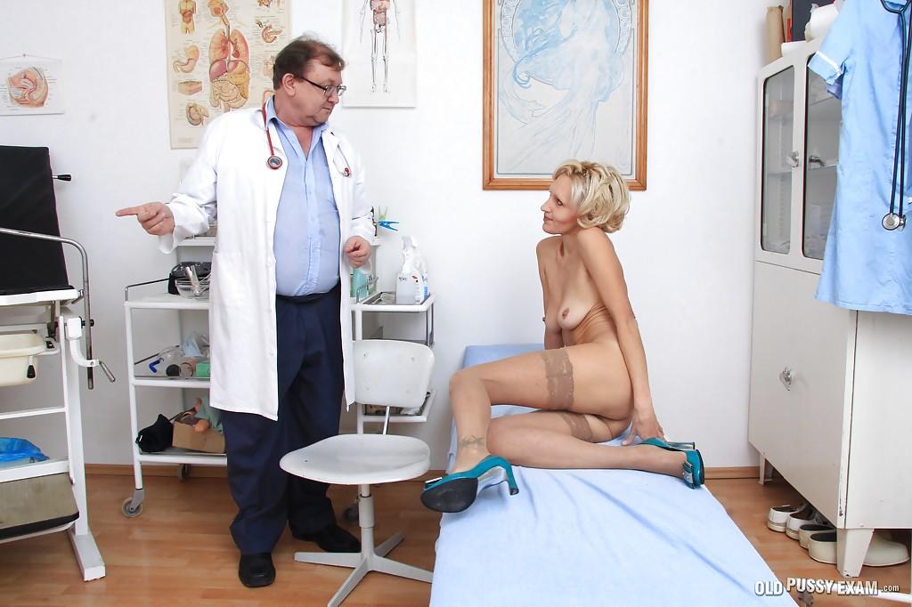 Взрослый гинеколог осматривает вагину зрелой блондинки в чулках 5 фото