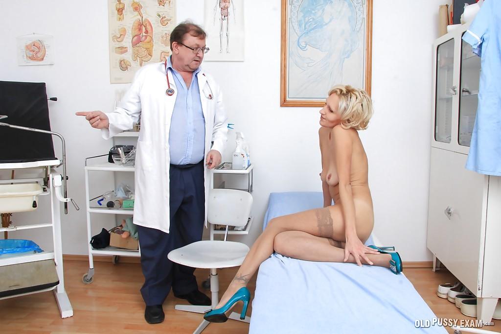 Взрослый гинеколог осматривает вагину зрелой блондинки в чулках 6 фото
