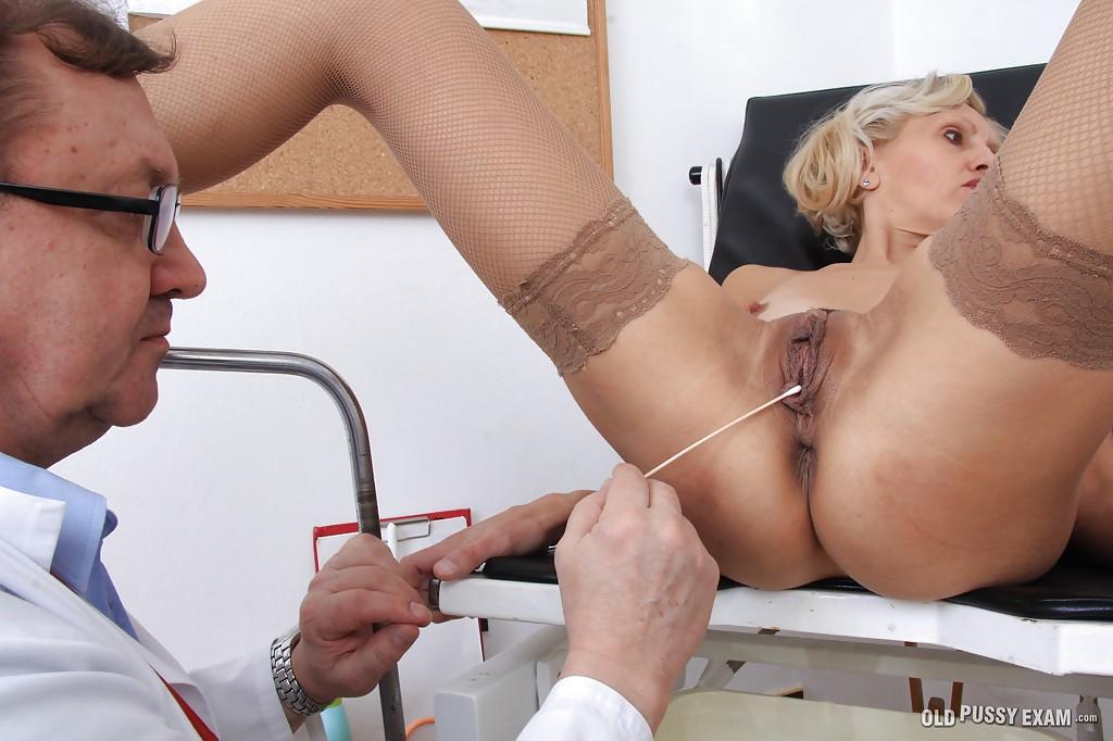 Взрослый гинеколог осматривает вагину зрелой блондинки в чулках 7 фото