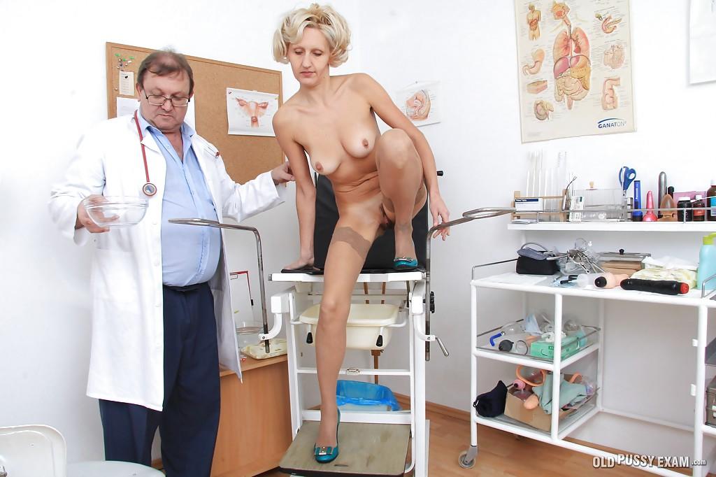 Взрослый гинеколог осматривает вагину зрелой блондинки в чулках 16 фото