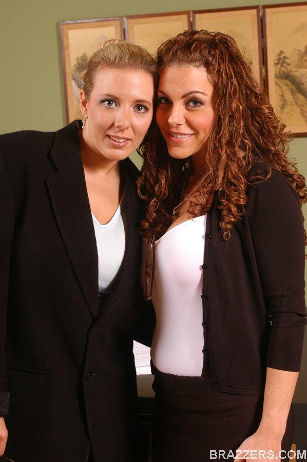 Лесбиянки Victoria Valentina и Kara Nox раздеваются в кабинете 6 фото